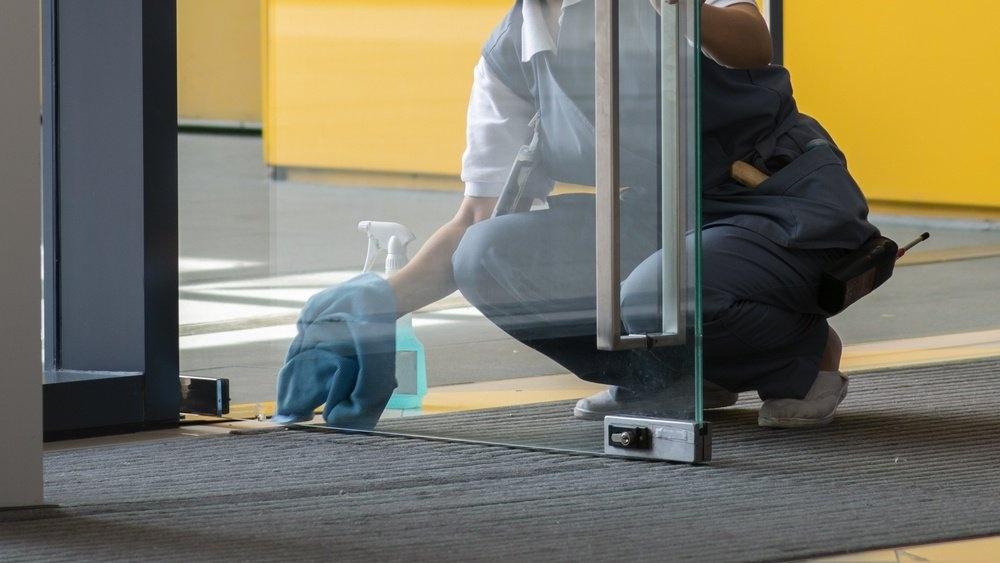Behovsstyrt renhold-renholdsmedarbeider-vasker-glassdør